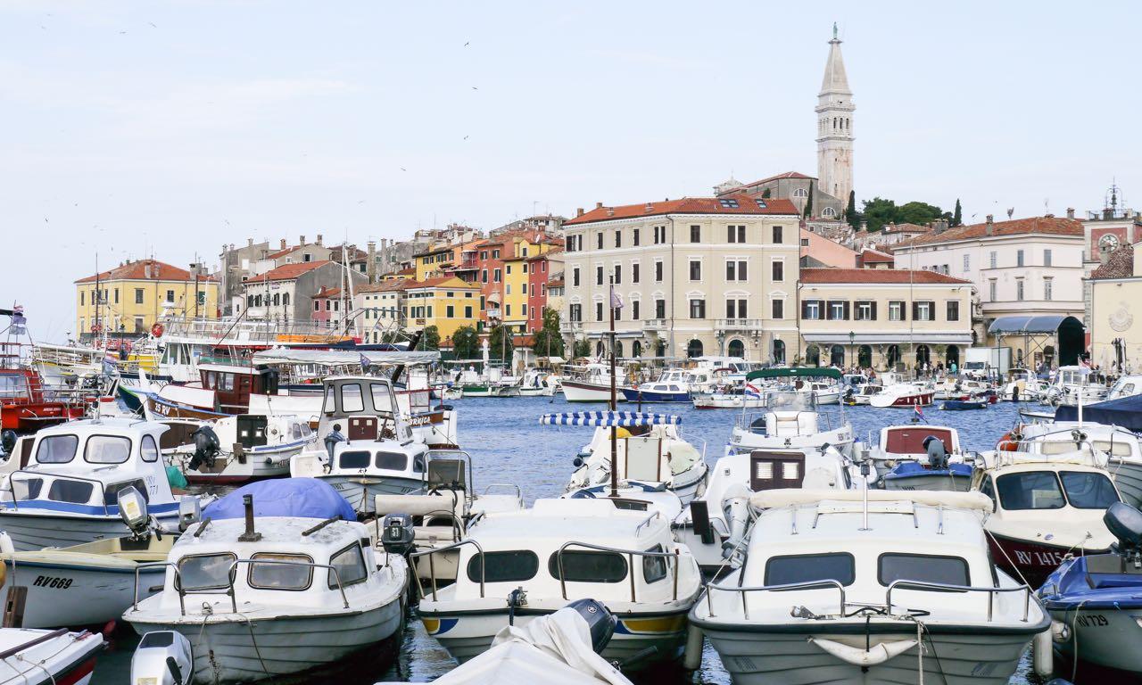 Der Hafen von Rovinj mit der Kirche im Hintergrund
