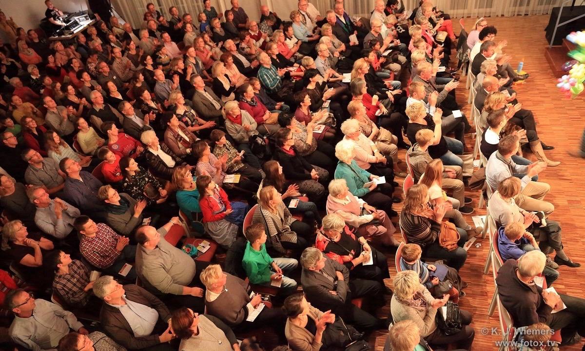 Das Publikum mit den Stimmkarten