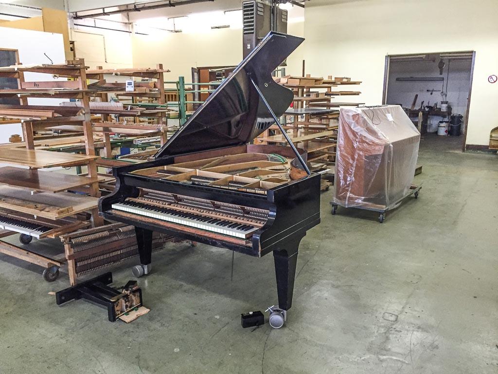 In der Werkstatt bzw. Manufaktur der Flügel- und Klavierfabrik Pfeiffer wird der Bechstein B-Flügel erst einmal auseinander genommen
