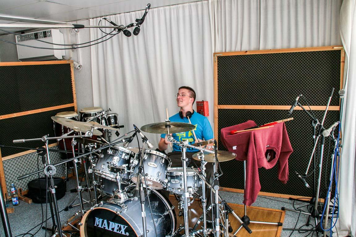 Und zum Schluss noch eine Aufnahme vom kleinen Jan bei der Produktion unseres allerersten Studioalbums in den TV- und Musicstudios Leonberg.